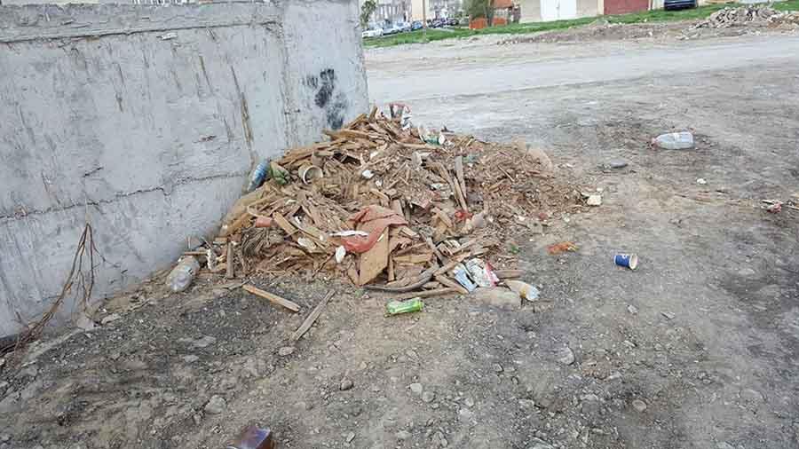 """Un bărbat care a aruncat gunoiul unde """"l-a tăiat capul"""", amendat"""