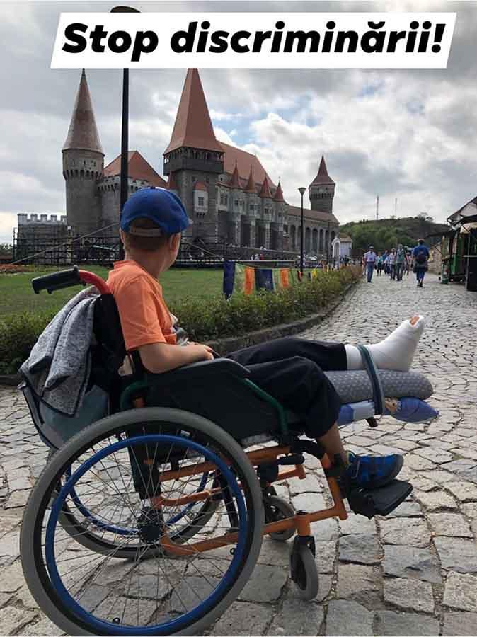 Umilința prin care a trecut un tată care și-a dus fiul în scaunul rulant să viziteze Castelul Corvinilor