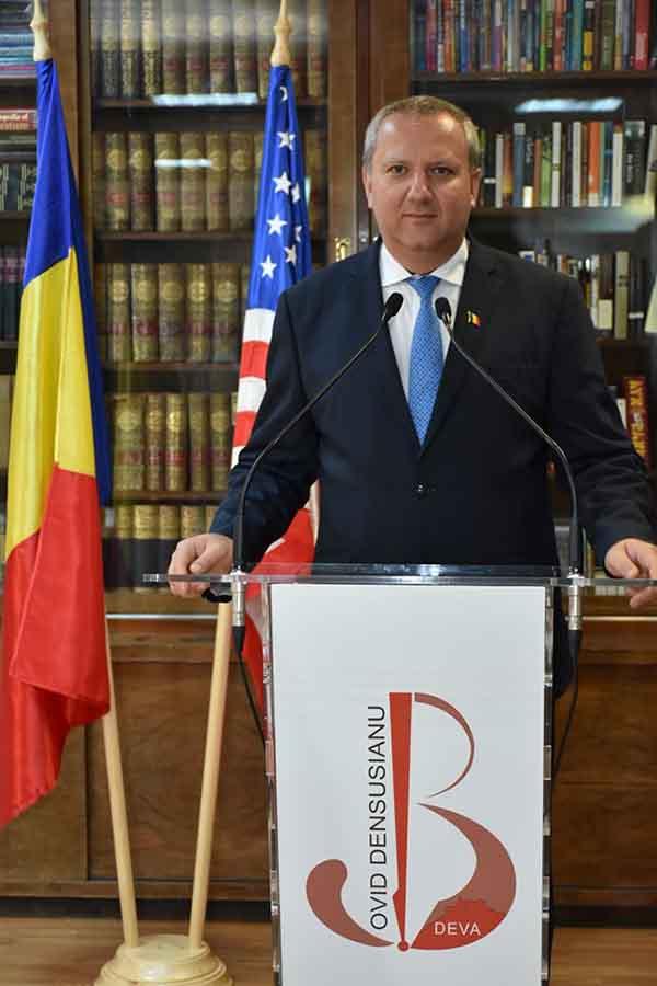 """Ambasadorul S.U.A. a donat peste 200 de cărți Bibliotecii Județene """"Ovid Densusianu"""""""