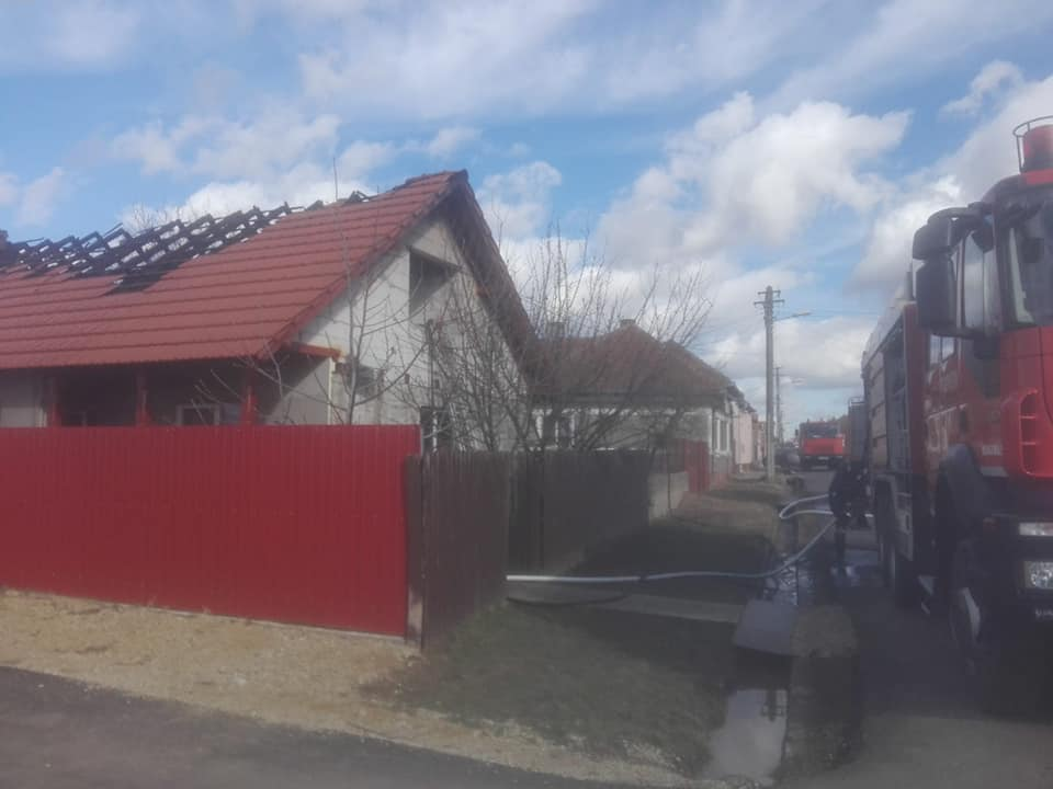 FOTO| Incendiu la acoperișul unei case din localitatea Aurel Vlaicu